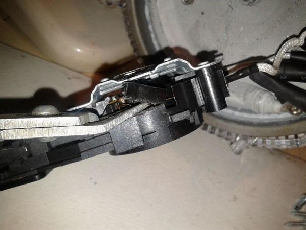 Почему при закипания электрический чайник открывает крышку